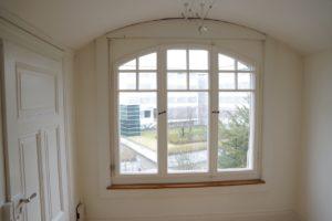 Bogenfenster mit Sprossen