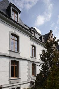 Fassade mit Eichenfenster