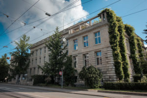 Fassade mit Grünpflanzen antik