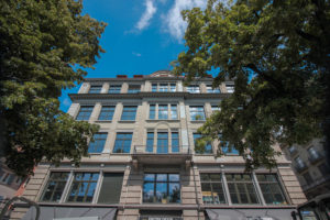 Fenster-Fassade Neumünster mit Bäumen