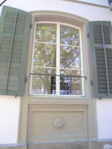 Fenster mit Sprossen und FensterlädenUS DIGITAL CAMERA