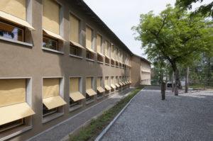 Fensterfront mit Schulhausmarkisen
