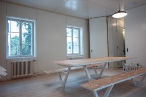 Sprossenfenster mit Tisch-Design