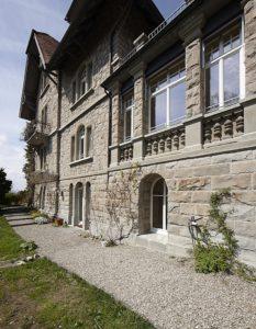 Steinfassade mit weissen Fenster