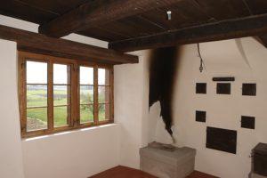 Fenster neben Feuerstelle
