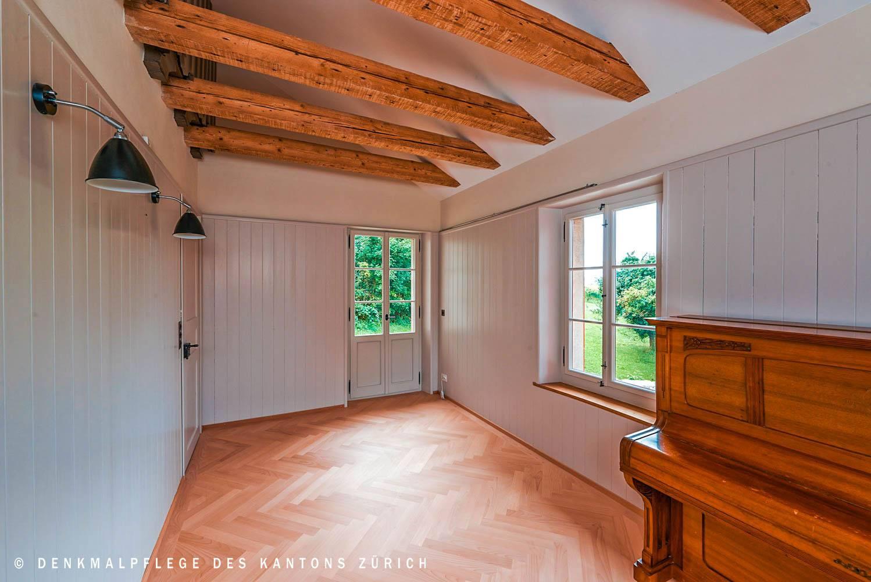 balkontuere-zimmer-antikes-klavier