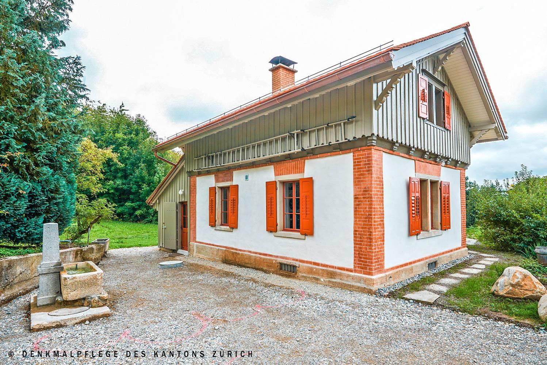 fassade-antikhaus-rote-fenster