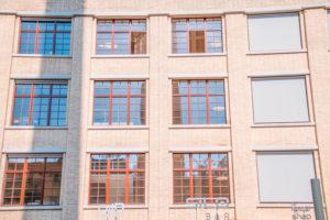 fassade-mit-roten-antikhaus-fenster