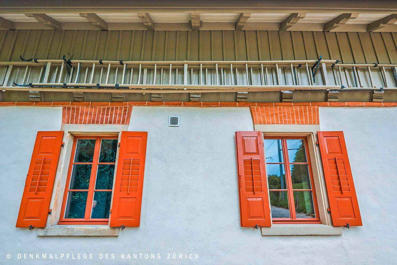 holzfenster-mit-roten-fensterlaeden