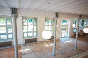 runde-lampe-saeulenhalle-mit-kastenfenster