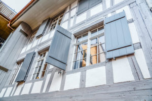 sprossenfenster-mit-grauen-fensterlaeden