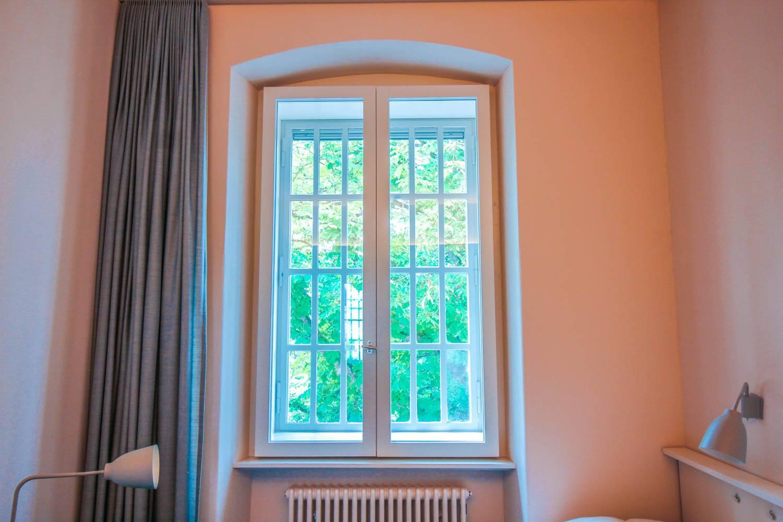 zimmer-mit-kastenfenster-und-sprossen